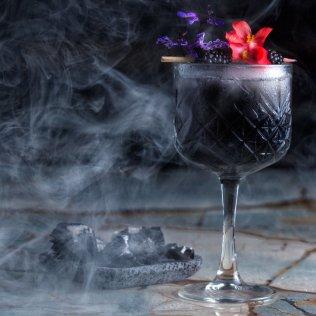 SB.+tonic+de+carbon_Inspirado+en+la+cocina+de+sanbravo,+brasas,+fuego+son+los+elementos+que+inspiran+este+coctel